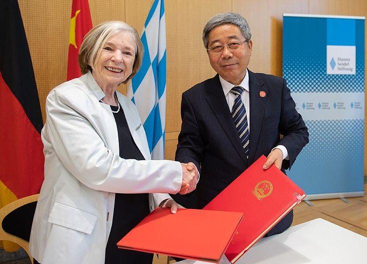 Prof. Ursula Männle, Vorsitzende der Hanns-Seidel-Stiftung, und Chen Baosheng, Bildungsminister der VR China, bei der Unterzeichnung der neuen Kooperationsvereinbarung