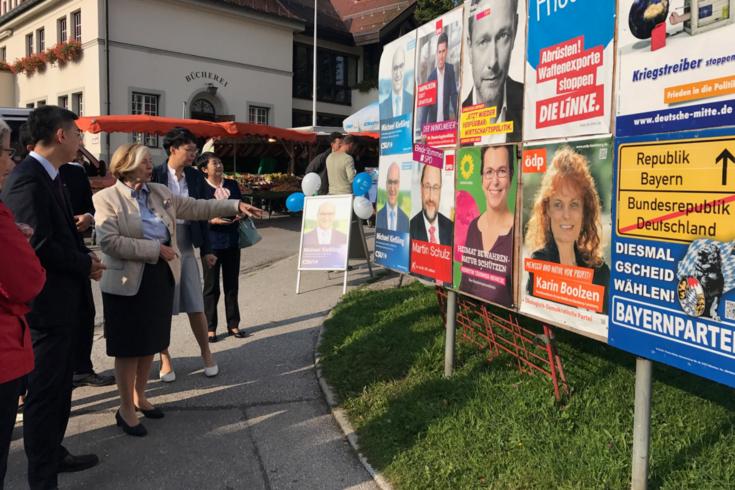 HSS-Vorsitzende Ursula Männle erläutert die Wahlwerbung der Parteien