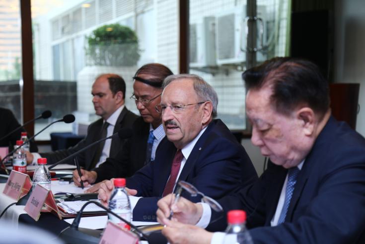 博克莱特与中国前驻德国大使梅兆荣(右)