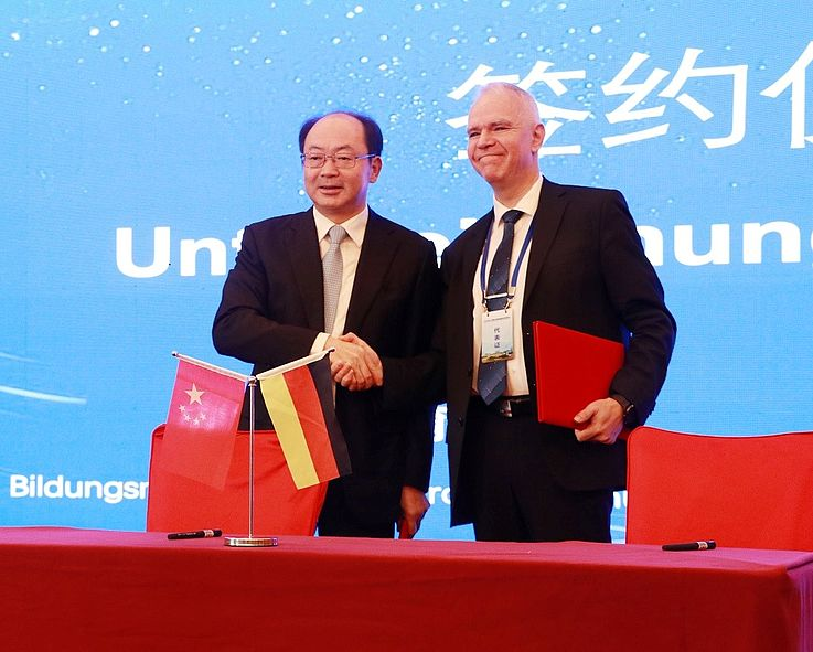 Qian Guilun, der Parteisekretär des Bildungsamts der Provinz Anhui, und Georg Stadler, Leiter des Projektbüros Shanghai während der Unterzeichnungszeremonie für das Kooperationsabkommen.