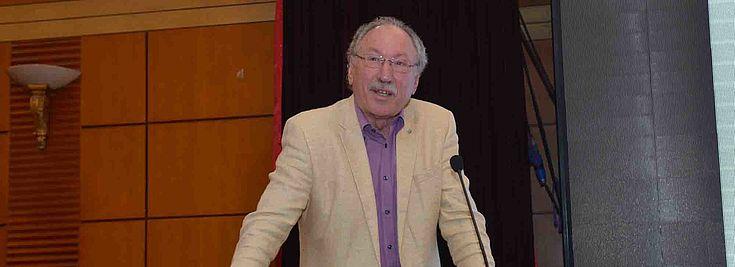 Professor Magel hält seinen Vortrag