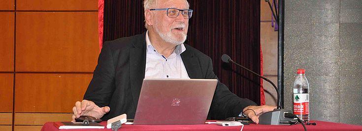 Professor Kirk redet über Eigentumsrechte