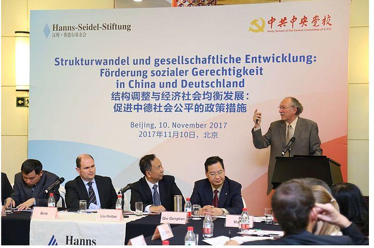 """Prof. Magel während eines Vortrags zum Thema """"Förderung Sozialer Gerechtigkeit in Deutschland und China"""" 2017 in Peking"""
