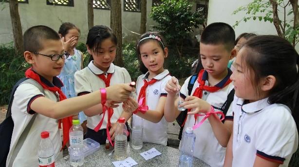 学生积极讨论水资源问题。摄影:钱华良
